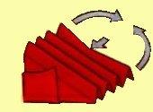 أقلبي المنشفة مع وضع الجهة الحادة للأسفل و قومي بطي المثلث على شكل أكورديون،ومرريه تحتها و أخيرا إفتحي المروحة.