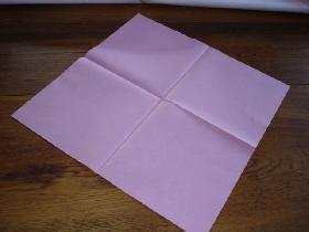 ضعي المنشفة أمامك بهذا الشكل(diagonale)