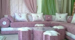 صالون مغربي عصري بألوان فاتحة