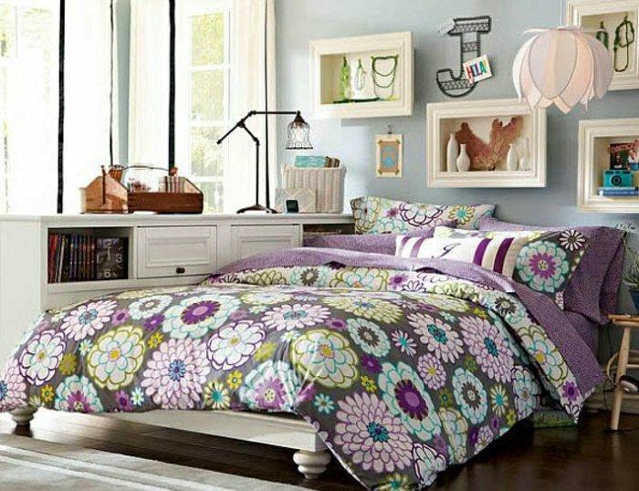 غرفة البنات باللون البنفسجي و الأزهار على الغطاء
