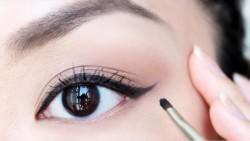 تحديد العيون بالكحل أو Eye Liner