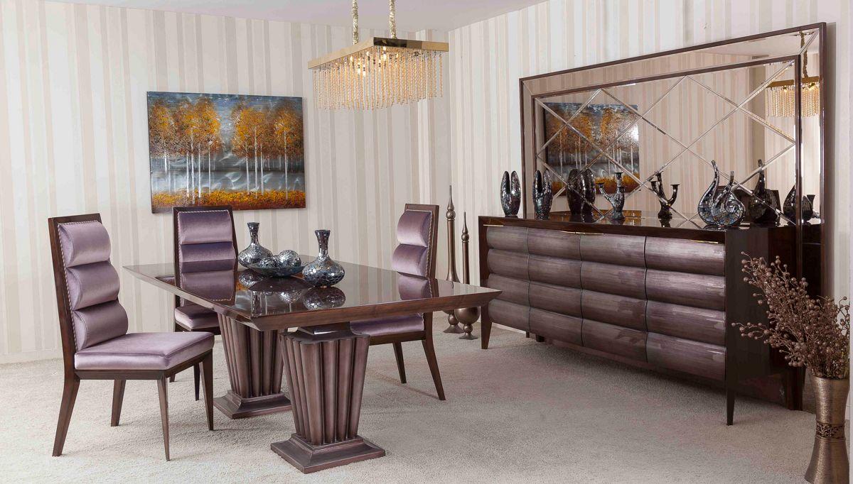غرفة معيشة كلاسيكية باللون البني