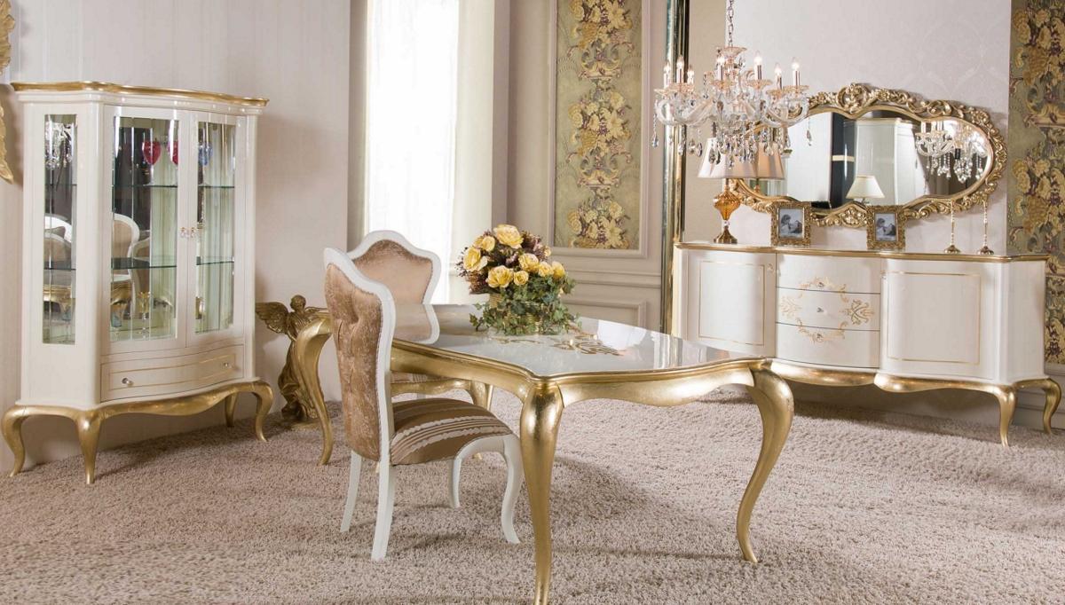 غرفة معيشة كلاسيكية باللون االبيج و الذهبي